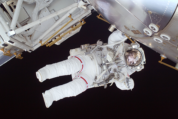 Nicole_Stott_participates_in_the_STS-128_mission's_first_spacewalk